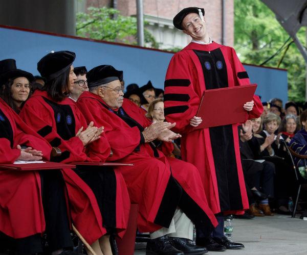 Марк Цукерберг получил диплом Гарвардского университета