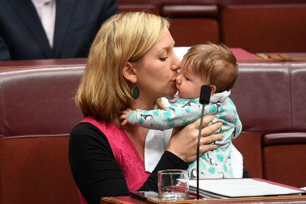 У Австралії сенатор Лариса Уотерс прийшла на роботу до парламенту із 14-тижневою донькою Алією і просто під час промови погодувала груддю малечу.