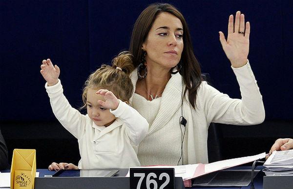 Лічія Ронзуллі - депутат Європарламенту від Італії. у 2010-му році з'явилася на засіданні Європарламенту з місячною донькою. З тих пір періодично бере маля на роботу.