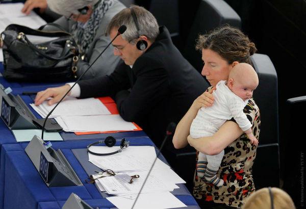 Великобританія. Аннеліс Доддс тримає малюка під час свого голосування у Європарламенті.