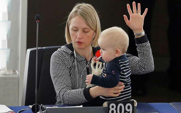 Швеція. Депутатка Юутте Гютеланд голосує з малюком у Європарламенті.