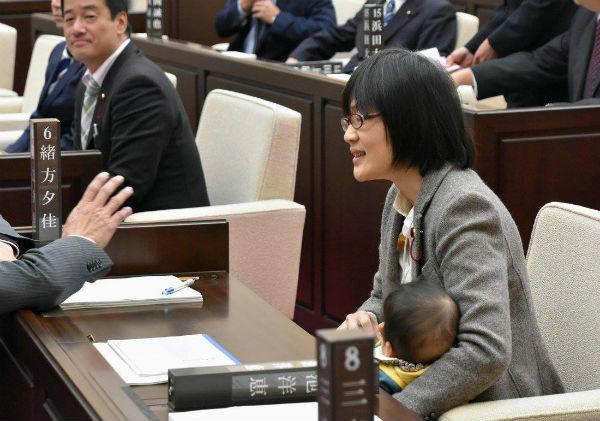 Японія. Політик Юка Огата тримає свою семимісячну дитину під час засідання.
