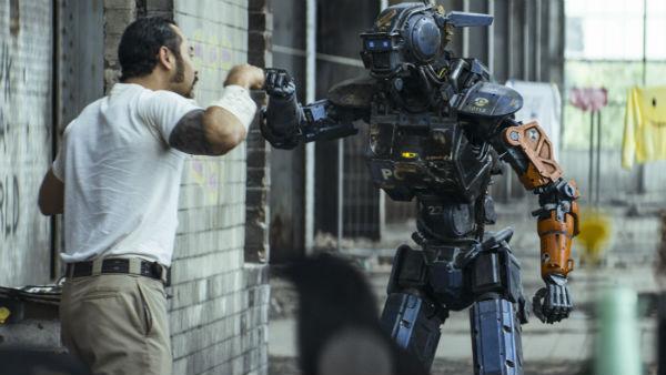 Кадр из фильма «Робот по имени Чаппи», реж. Нил Бломкамп, 2015 г.