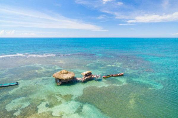 Floyd's Pelican Bar плаває приблизно за милю від Ямайки